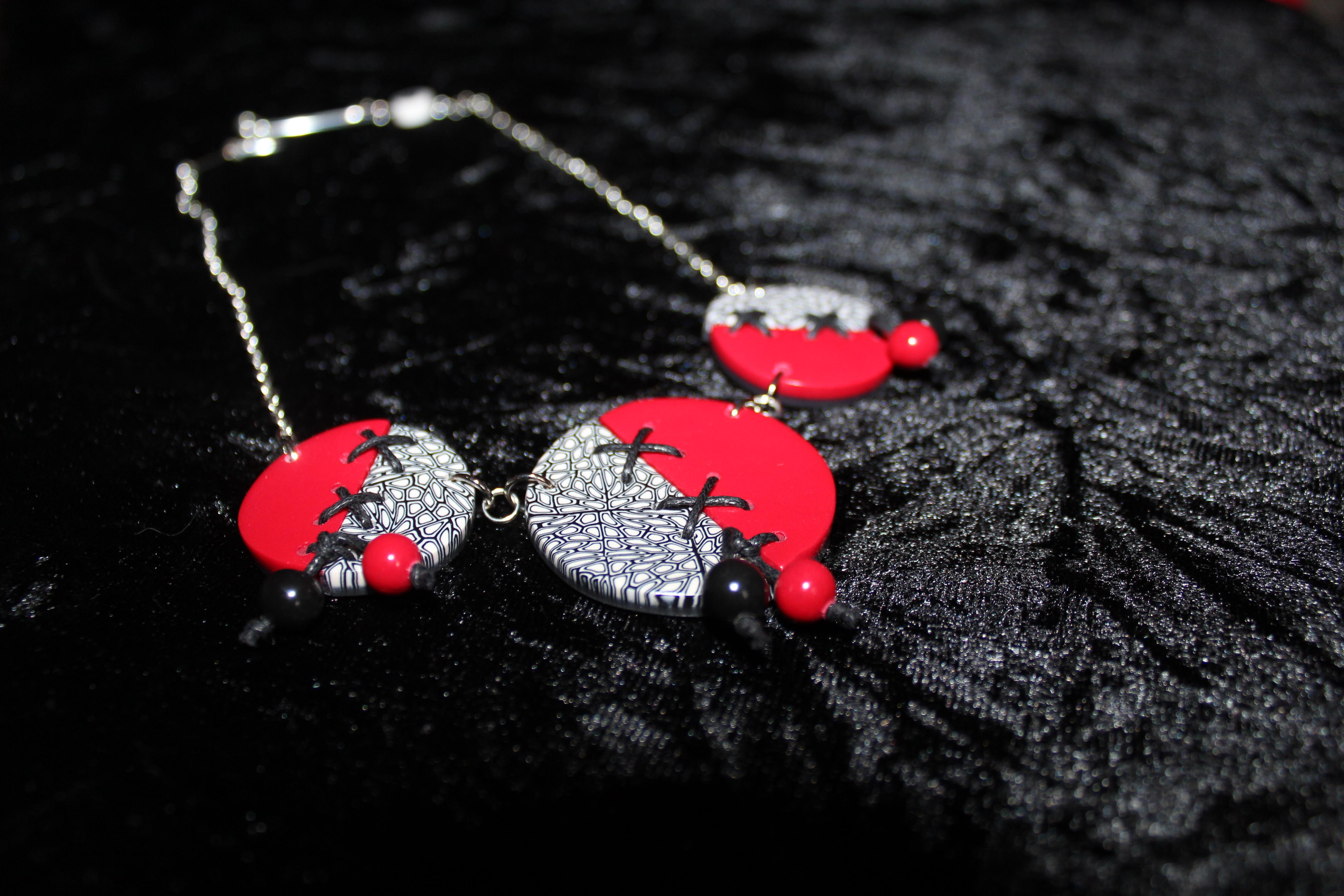 Collier lacé rouge, noir et blanc 2